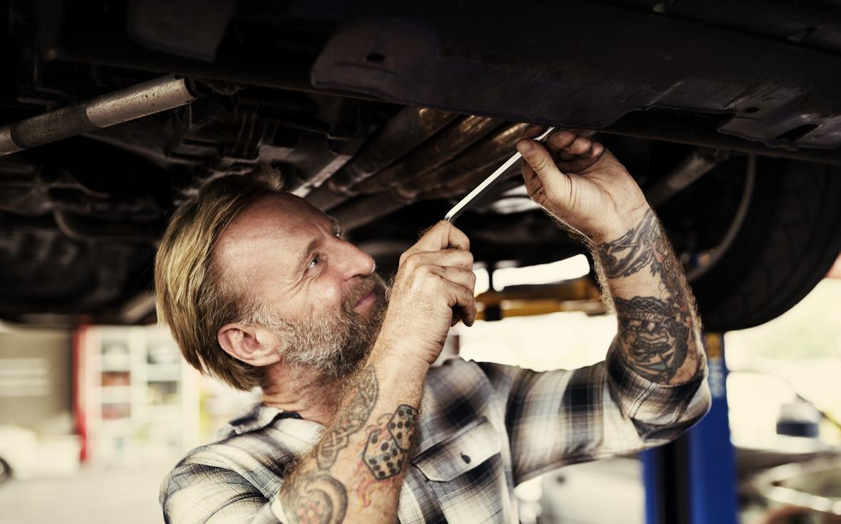 Mechaniker diagnostiziert einen Getriebeschaden