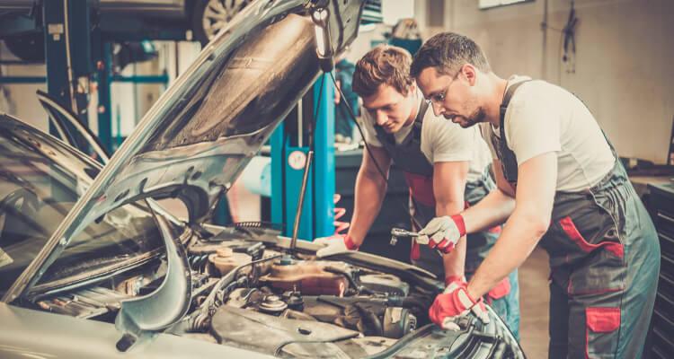 Zwei Mechaniker erkennen einen Motorschaden