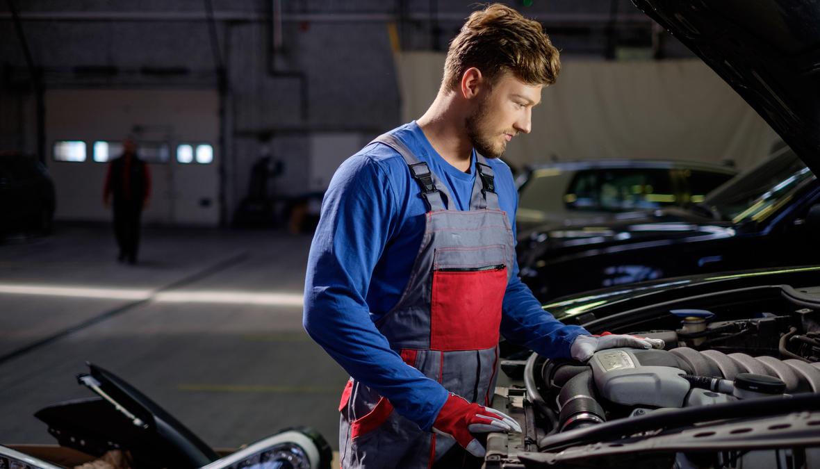 Mechaniker erkennt einen Turboladerschaden